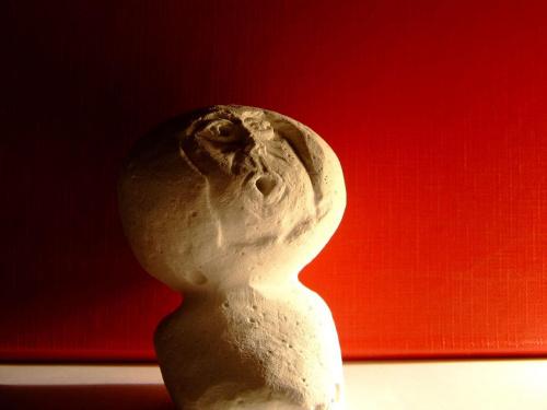 bożek? #bożek #figurka #figura #gips #ZGipsu #wyskrobane #zdziwiony #czerwone #popiersie #biały #kruchy #dziwne #śmieszne #CiepłaCzerwień #mińsk #MińskMazowiecki